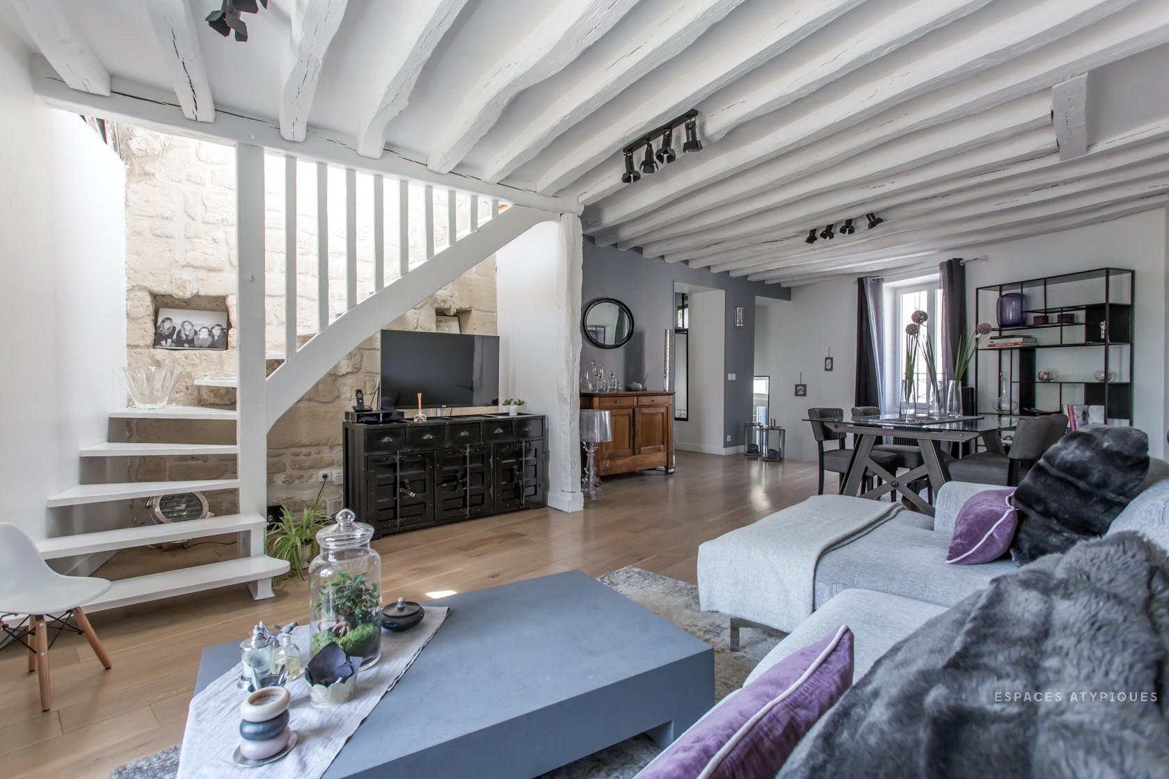 2069-maison-du-XV-siecle-entierement-renovee-espaces-atypiques-le-mesnil-le-roi-01