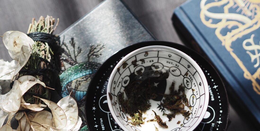 Lecture dans les feuilles de thé